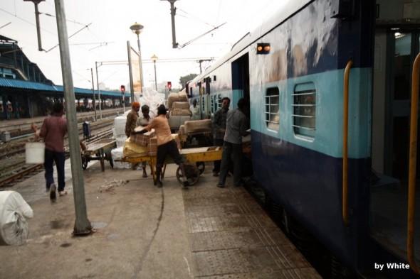 pakowanie pociągu w indiach