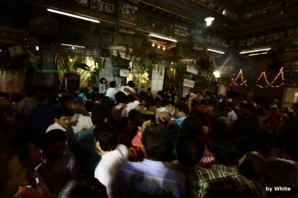 Wnętrze świątyni Dwarkahish w czasie Janmastami