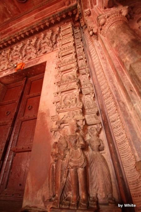 Govind Deo Temple - fragment outarza - głowy odłupane przez muzułmanów