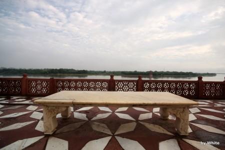 Taj Mahal - ławka nad Yamuną